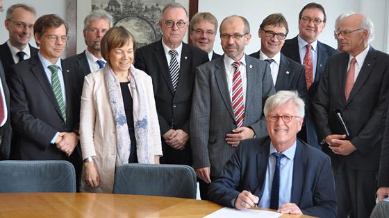 Zwierzchnicy Kościołów ewangelickich w Niemczech podpisują oświadczenie w sprawie uchodźców (fot. EKD)